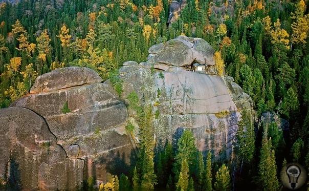 КРАСНОЯРСКИЕ СТОЛБЫ ДРЕВНИЙ ГОРОД В самом центре Сибири находится край причудливых скал, образованных застывшей магмой, почти прорвавшейся к поверхности земли и превратившейся в ряд