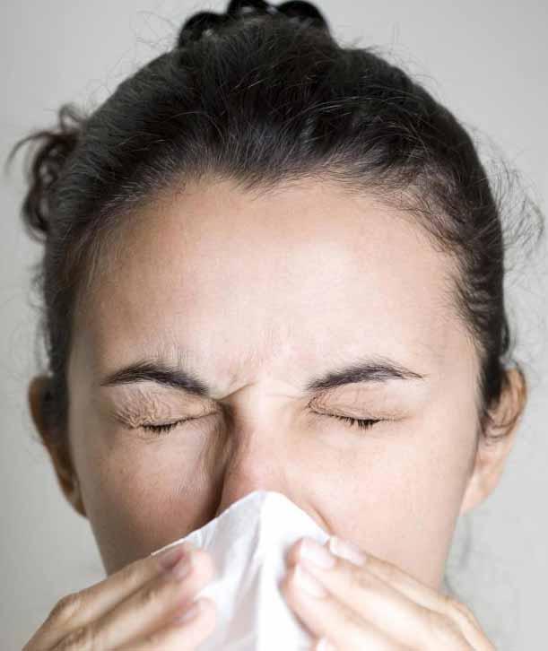 Люди с аллергией на плесень могут испытывать чихание.