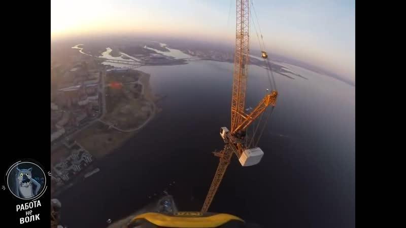 Монтажник на шпиле Лахта Центра 462 метра