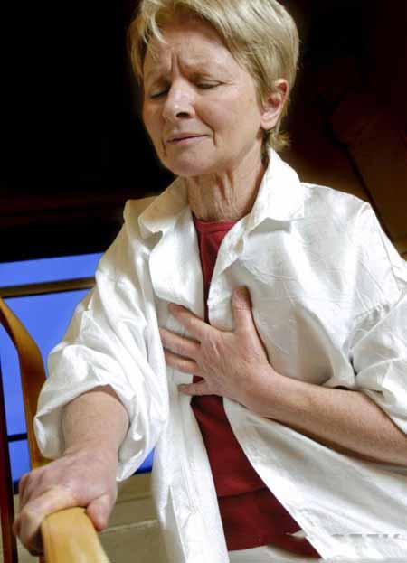 Хрипы и стеснение в груди являются симптомами хронического бронхита