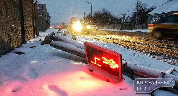 Рухнувший после ДТП светофор продолжает работать