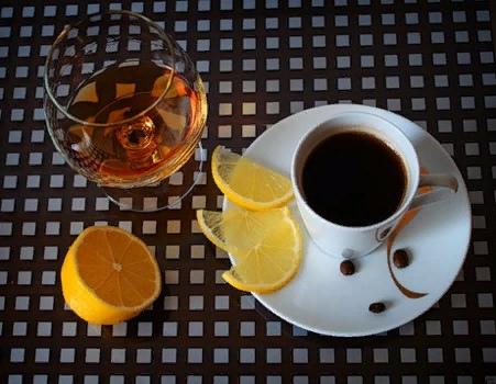 О совместимости алкоголя с кофе Ни кофе, ни алкоголь не относятся к однозначно полезным напиткам. Но как же хочется оправдать свои маленькие слабости наличием хоть чего-то полезного! Так