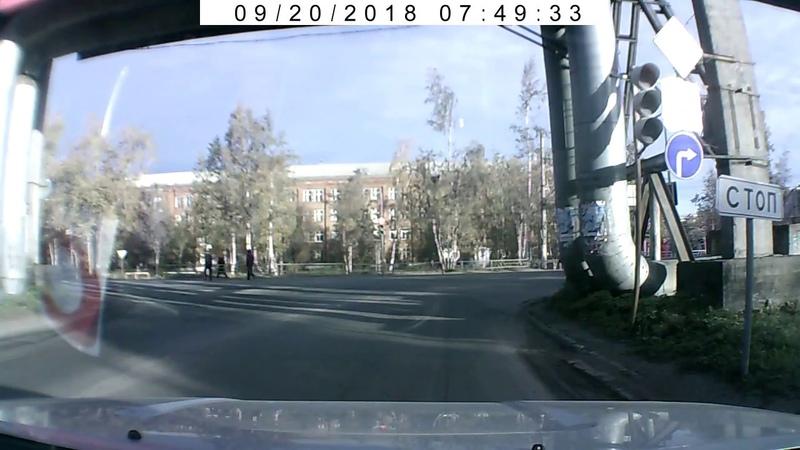 Очередной велосипедист, который игнорирует сигналы светофора