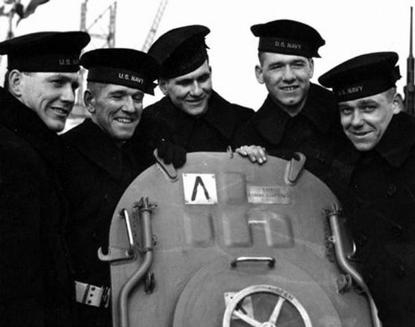 Пятеро братьев Салливан на палубе крейсера «Джуно» На американском крейсере «Джуно» (Juneau) служили пять братьев Салливан – (слева направо) Джозеф, Фрэнсис, Альберт, Мэдисон и Джордж, от 20 до