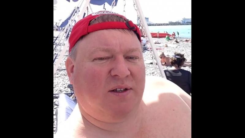 Владик загорает в сентябре на пляже