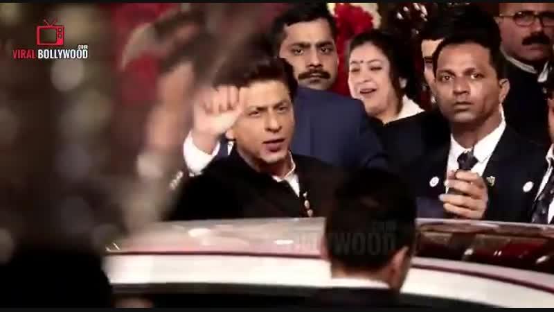 Video of King Khan's entry at Isha Ambani and Anand Piramal's wedding