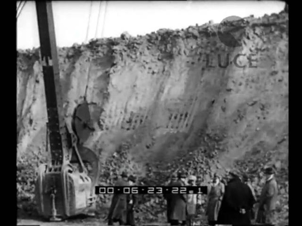Il più grande scavatore meccanico d'Europa in funzione per liberare un filone di ferro.