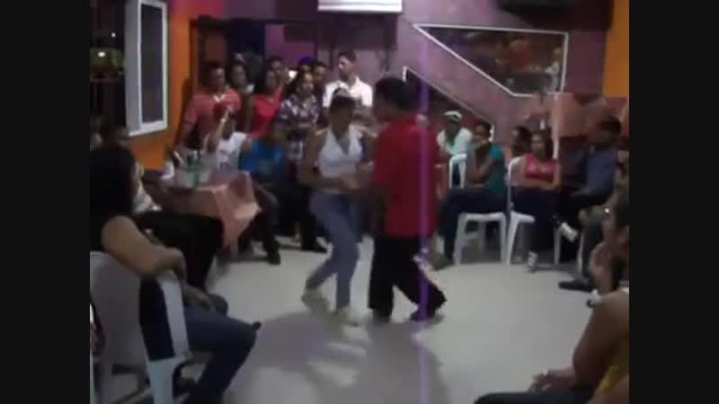 Именно так танцуют бачату в самой Доминикане - на пляже ли, в тесном кабаке - неважно! Главное - с пылом и душой :)🌴☀🌍🍍🍹🐠💃