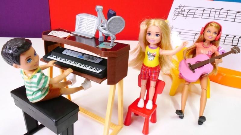 Barbie ailesi. Chelsea bebek müzik dersleri alıyor