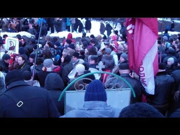 Сотни рабочих бастуют на заводе в Москве. Им не платят 5мес. зарплату и они объявили голодовку.