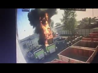Мощный взрыв цистерны на грузовике КАМАЗ.