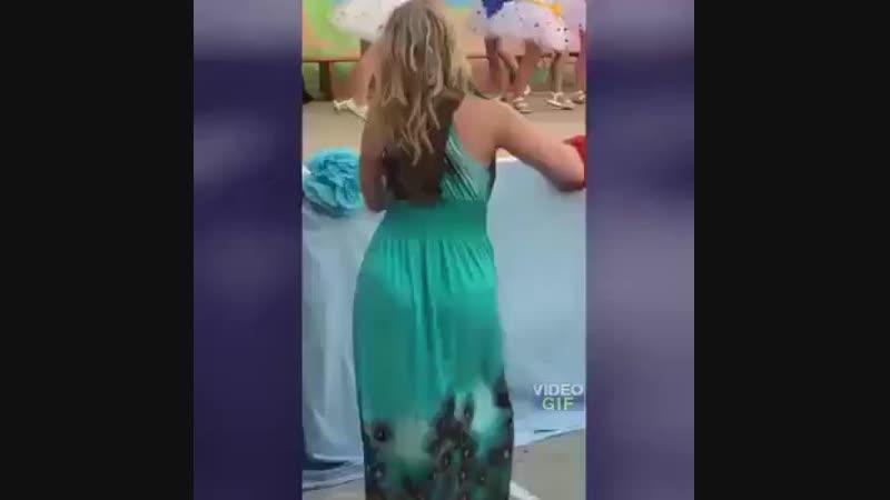 Папа снимает концерт дочери 😂😂😂
