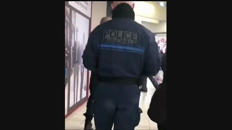 Une racaille agresse la police qui préfère prendre la fuite dans ce supermarché Donne moi les clés de la voiture
