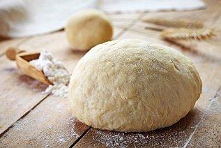 Хлеб пекут на дрожжах.