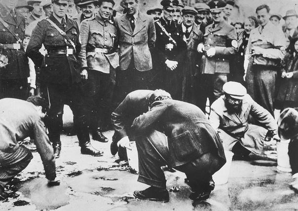 ЕВРЕИ И НАЦИСТЫ После войны частью нацистского аппарата были признаны более 13 миллионов человек. Из них задержаны оказались 3,5 миллиона, но 2,5 были отпущены без суда. А те, кто все-таки