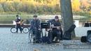 Уличные музыканты в парке Гомеля. Красивая песня. Золотая осень. Что посмотреть в Гомеле.
