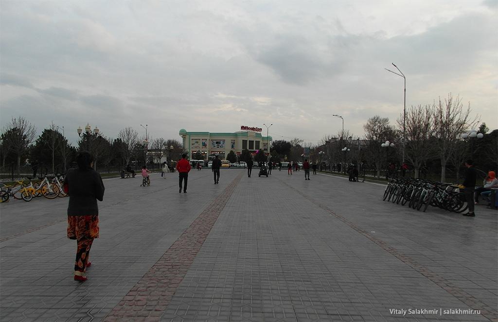 Пересечение улиц Ислама Каримова и улицы Регистан, Самарканд 2019