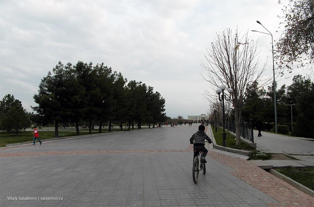 Пешеходная часть улицы Ислама Каримова, Самарканд 2019