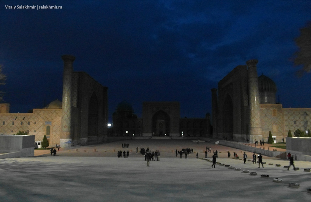 Площадь Регистан вечером, Самарканд, Узбекистан 2019