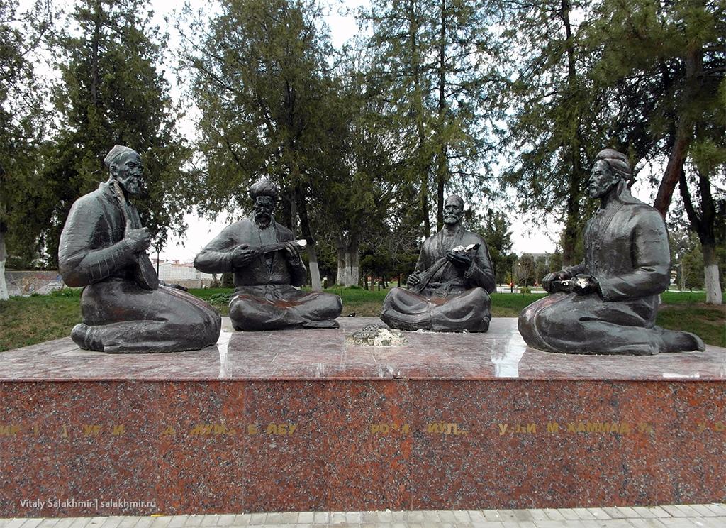 Скульптура около Регистана. Самарканд 2019