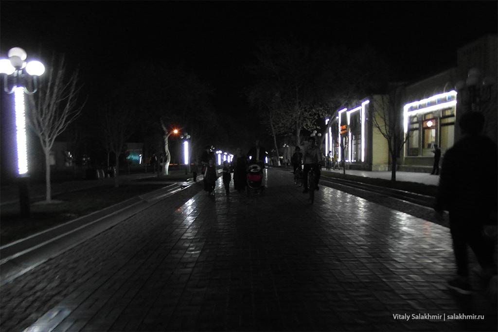 Улица Ислама Каримова вечером, Самарканд 2019