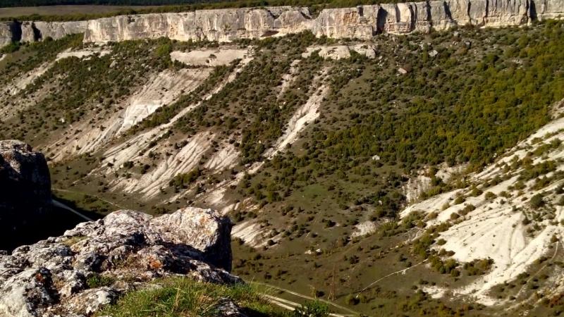 Взгляд в ущелье с пещерного города Чуфут-Кале.