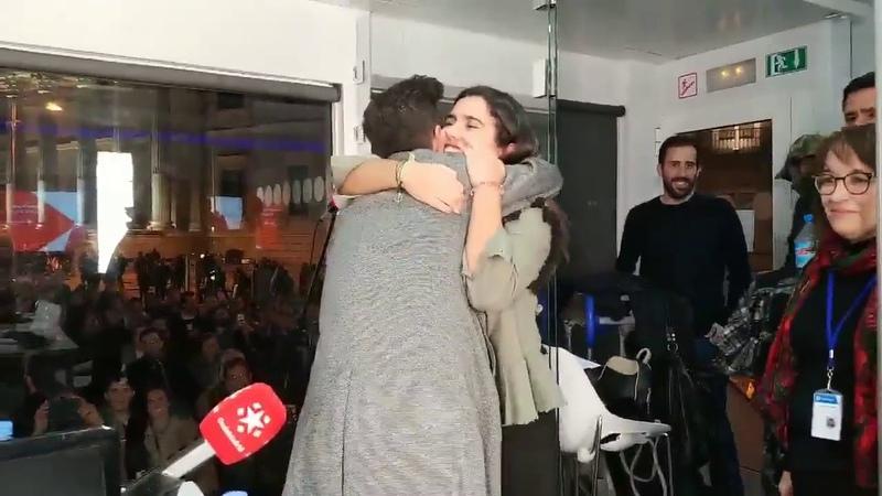 Agoney abrazando a Fans en Onda Madrid con Nieves Herrero 6-12-17