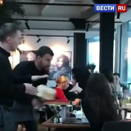 ВЕСТИ ru РОССИЯ 24 on Instagram Тортом в лицо официанты картинно размазали сладости по лицам двух девушек с претензиями в киевском ресторане
