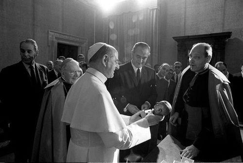 В 1967 году президент США Линдон Джонсон прилетел с официальным визитом в Ватикан Американский президент хотел, чтобы Папа Павел VI выступил миротворцем и помог бы заключению мира во Вьетнаме.