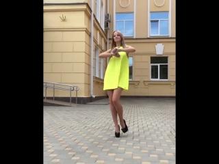 Девочка в желтом платье и на высоких каблуках, танцует под Лободу [Loboda, Суперзвезда]