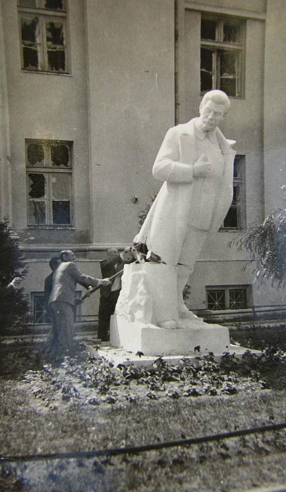 Архивный фотофакт. Как в 1941 году в центре Бреста сносили памятник Сталину