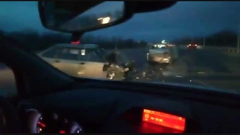 Всмятку на съезде с моста через Ахтубу столкнулись машины