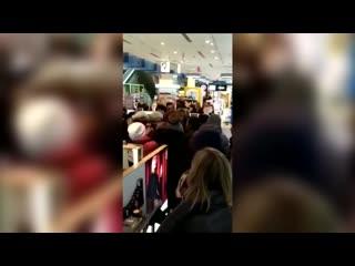 В казанском ТЦ сняли на видео, как покупательницы устроили давку из-за бесплатной помады