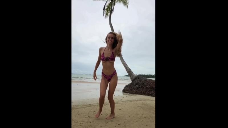 Целка (соблазн интим эротика агрессивная милфочка лифчик дефиле горячая баба на пляже загорает трахалка эротическое видео дырка)