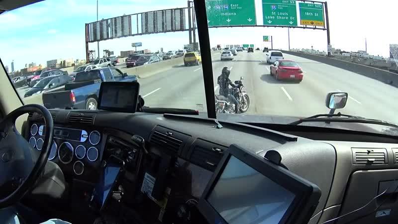 Водитель фуры помогает мотоциклисту съехать на обочину djlbntkm aehs gjvjuftn vjnjwbrkbcne c]t[fnm yf j,jxbye