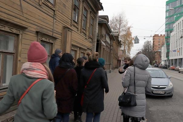 Дима показывает фотографии из прошлого этого места.  5 ноября 2018