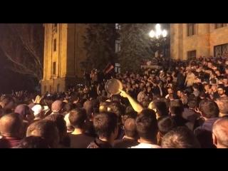 Премьер Армении Пашинян договорился с депутатами о досрочных выборах. Он уволил министров и сам готовится к отставке