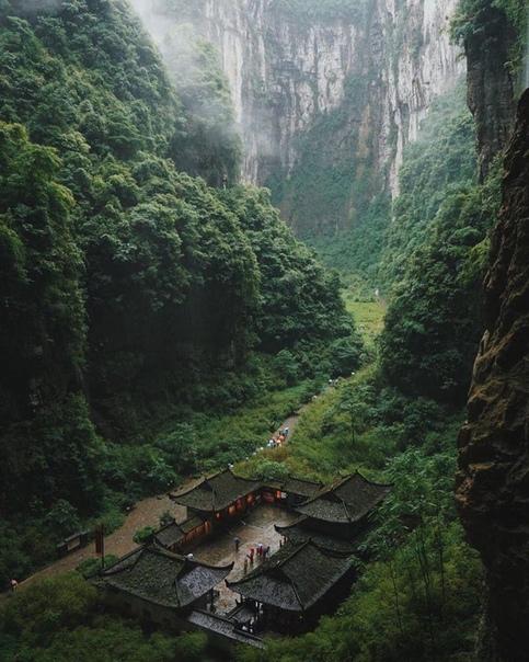 Сюрреалистический вид на Национальный парк Улун в Чунцине (Китай)