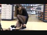 Подсматриваем за стройняшкой в черных колготках (stocking pantyhose feet foot fetish фут ножки колготки)