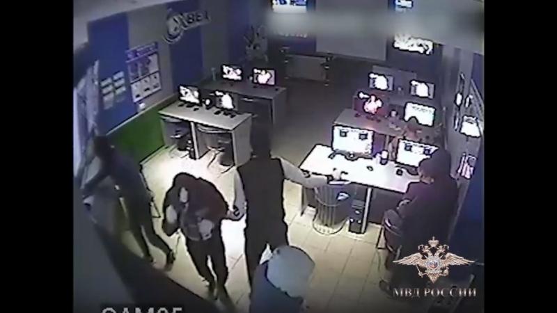В Калуге полицейские задержали подозреваемых в ограблении букмекерской конторы