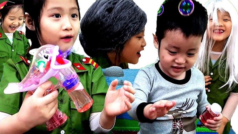 Gia Linh và em Cò thử trang phục và đồ chơi mới đồ chơi Cá Heo thổi bong bóng