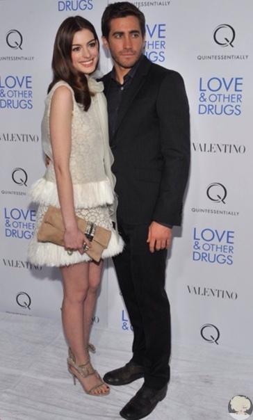 Энн Хэтэуэй и Джейк Джилленхол во время промо фильма «Любовь и другие лекарства».
