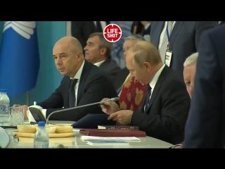 Poutine a lu le roman de Pouchkine après la signature de documents lors du sommet de la CEI