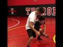 Генри показывает, как делать тейкдаун на одну ногу