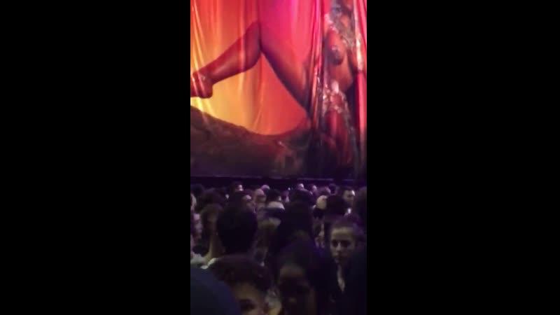 Фанаты Ники Минаж кричат имя Карди Би после отмененного концерта