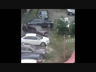 Водитель просил на коленях извиняться за парковочное место