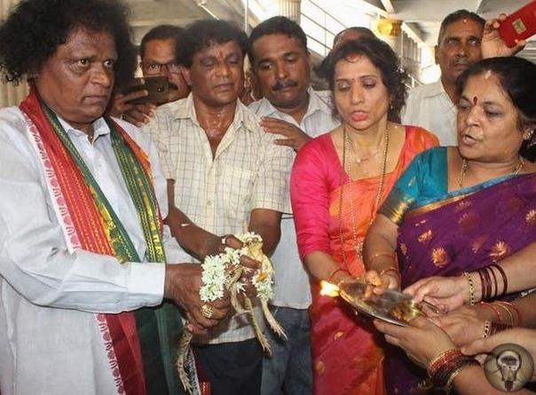 Сотни индийцев присутствуют на свадьбе двух лягушек.