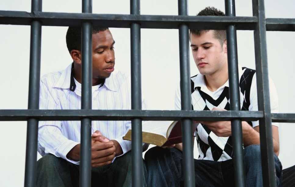 Общественные психологи могут посмотреть на факторы, которые заставляют людей совершать преступления.