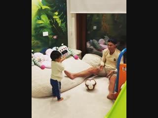 Криштиану Роналду играет с младшим сыном в футбол