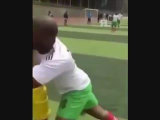 Пробросил между не касаясь мяча